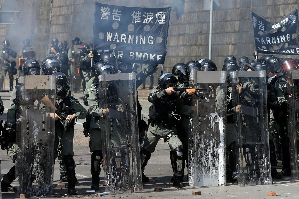 Policja tłumi zamieszki w Hongkongu, 17 listopada 2019.
