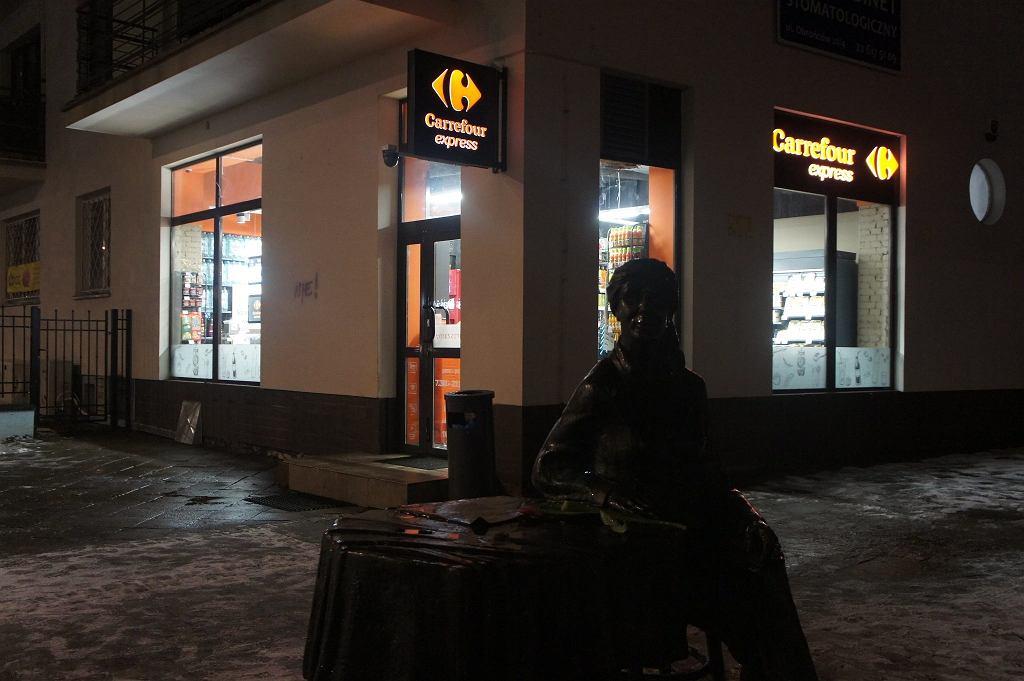 Logo sklepu zniknęło z otoczenia pomnika Osieckiej