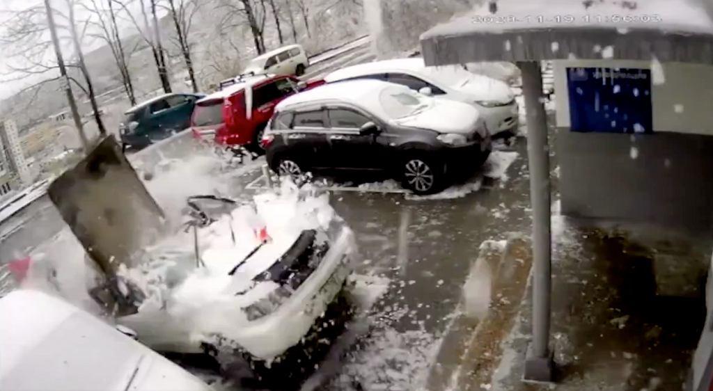 Zamarznięta betonowa płyta spadła na samochód, Władywostok