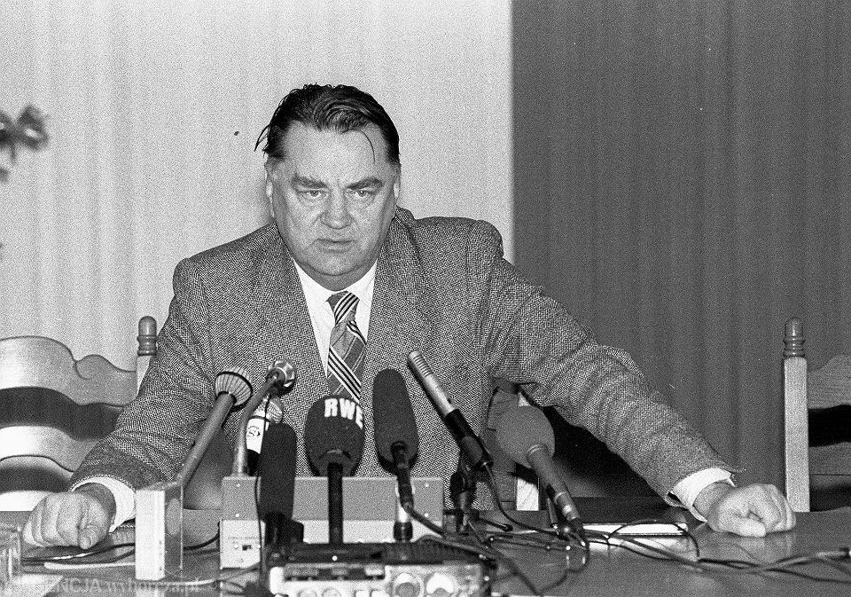 JAN OLSZEWSKI PODCZAS KONFERENCJI PRASOWEJ, WARSZAWA 20.12.1991.
