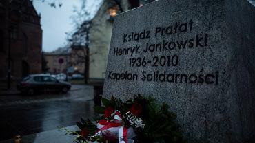 Cokół pomnika ks. Henryka Jankowskiego - zdj. z 21 lutego