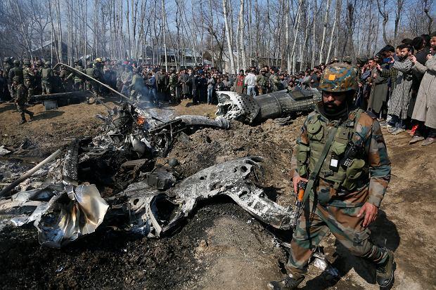 Wrak indyjskiego śmigłowca, który rozbił się w Kaszmirze. Nie wiadomo, czy to efekt walk, czy wypadek