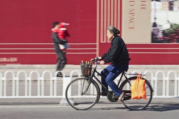 W Pekinie wszyscy przemieszczają się na rowerze/ Fot. Shutterstock