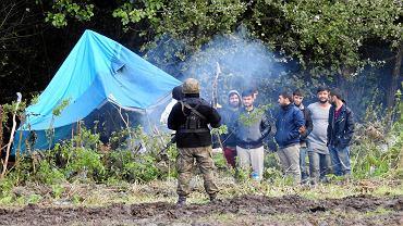 Straż Graniczna pilnująca grupy uchodźców w Usnarzu Górnym (1 września)