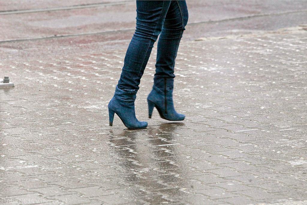 Gołoledź - marznący deszcz nie ułatwia życia pieszym i kierowcom (zdjęcie ilustracyjne)