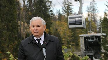 Jarosław Kaczyński przy dolnej stacji kolejki na Kasprowy Wierch podczas kampanii w 2015 roku