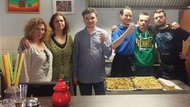 Ekipa kawiarni Życie jest fajne. Ola Smereczyńska - druga od lewej