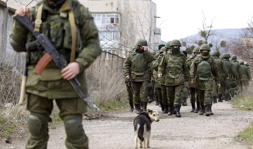 Uzbrojeni mężczyźni, prawdopodobnie Rosjscy żołnierze, na terenie ukraińskiej bazy w Pieriewalnoje 14 marca 2014