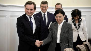 Minister Zbigniew Ziobro i wiceprzewodnicząca Komisji Europejskiej Vera Jourova  podczas spotykania dotyczącego stanu praworządności w Polsce, Warszawa, 28 stycznia 2020.