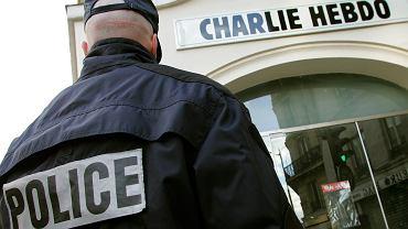 """Policjant na straży pod redakcją gazety """"Charlie Hebdo"""""""