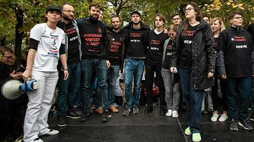 Katarzyna Pikulska (z lewej) podczas protestu lekarzy pod KPRM, 14 października 2017.