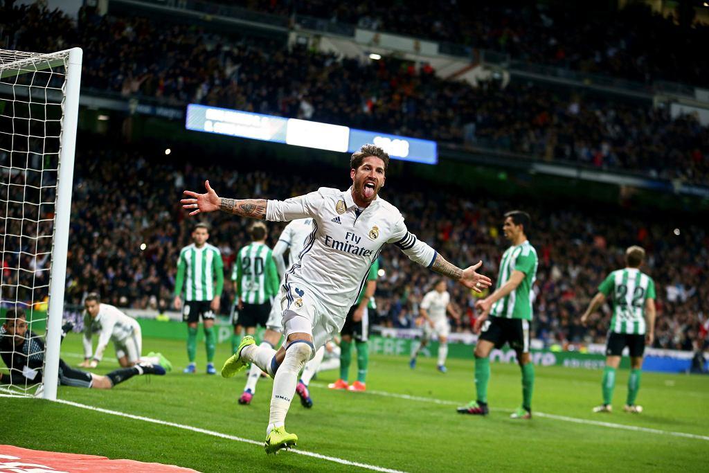 Sergio Ramos cieszy się po zwycięskiej bramce strzelonej w ligowym meczu z Realem Betis