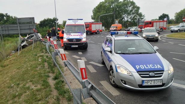 Wypadek na trasie S2. Samochód osobowy wpadł na bariery energochłonne.