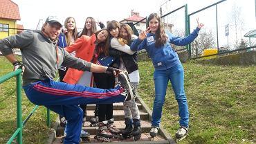Pan Arkadiusz Majer z uczennicami podczas lekcji WF-u na rolkach