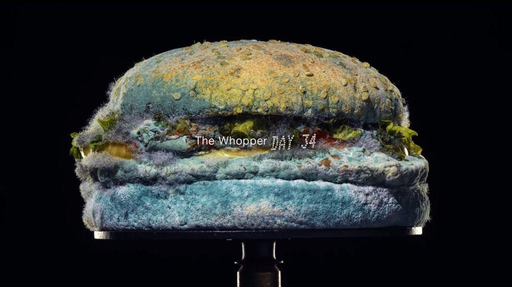 Burger King pokazał reklamę ze spleśniałym burgerem i wszyscy oszaleli. Sieć ogłasza nową erę fast food