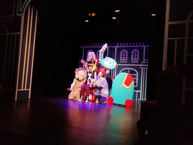 """""""Noc żywych zabawek"""" w teatrze. Jak pogodzić staromodny świat z nowoczesnym?"""