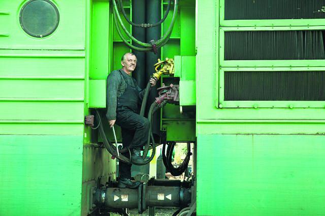 Pod Bolkiem i Lolkiem. Wiesław Aniśko, na kolei od 36 lat, rzemieślnik w Warsztacie Napraw Lokomotyw PKP Cargo w Rybniku. Jak elektrowóz niedomaga, to pchają go do niego - różne modele, ST 42,  ST 41 - zwane w środowisku  ''Bolkiem i Lolkiem'',  bo dwuczłonowe, albo ''Jamnikiem'', bo takie długie. Więc Aniśko wczołguje się pod ''Bolka i Lolka'' (tudzież ''Jamnika''), uzupełnia oleje, wymienia klocki, przegląda sprężarki. Zna na pamięć ten organizm; jakby miał w nocy naprawiać, to bez latarki. I pomyśleć, że po szkole starał się  o pracę na kopalni, ale powiedzieli mu, że ma słaby wzrok  i w ciemnościach niewiele zrobi.