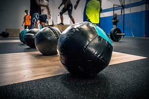 Wall ball. Ćwiczenie nie tylko dla crossfitowców. Jak prawidłowo wykonać wall ball?