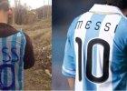 Chłopiec z Iraku zrobił koszulkę Messiego z plastikowej torby! Chcą go znaleźć i...