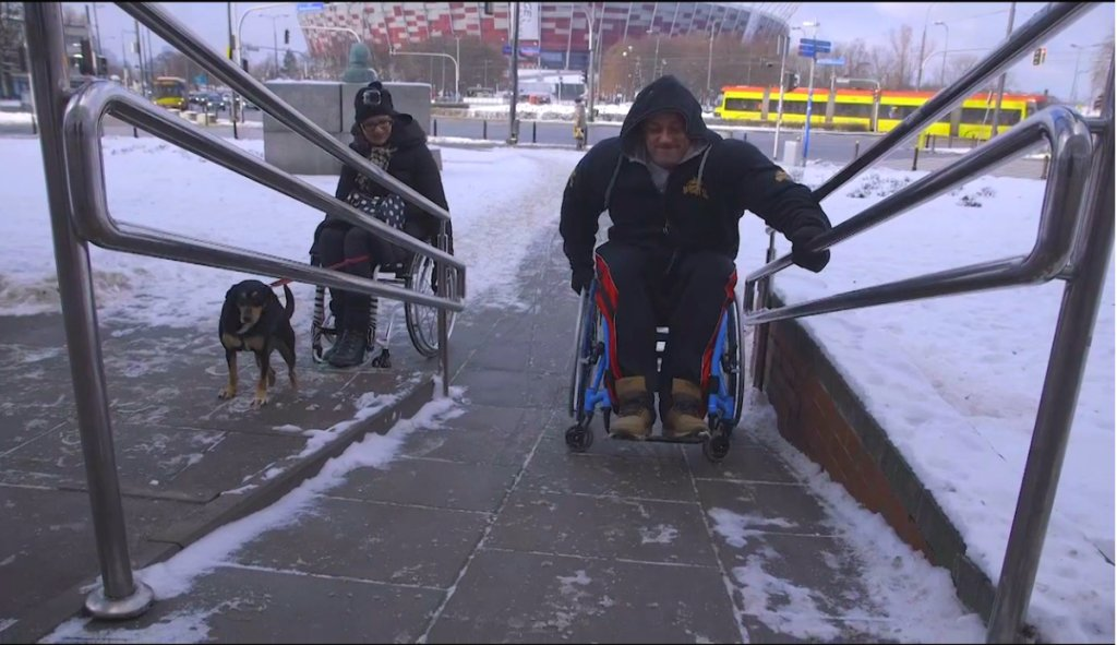 Hardkorowy Koksu na wózku inwalidzkim kontra zima w mieście