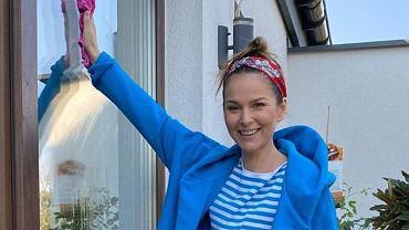 Paulina Sykut-Jeżyna sprzątała w pełnym makijażu i kolorowej stylizacji. Internautka: Serio? Do mycia okien?