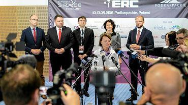 Minister Jadwiga Emilewicz podczas konferencji prasowej na temat założeń Polskiej Strategii Kosmicznej. Pierwszy z lewej Michał Szaniawski  .