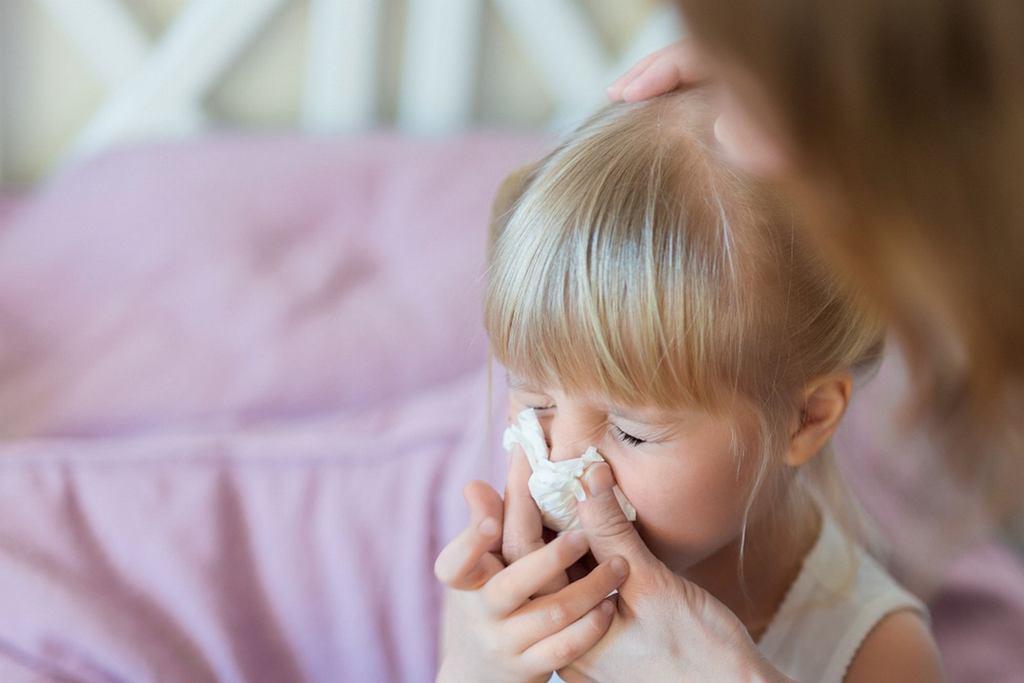 Dziecko, które ma katar powinno zostać w domu?