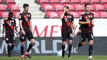 Robert Lewandowski z kolegami z Bayernu Monachium w trakcie meczu z FSV Mainz