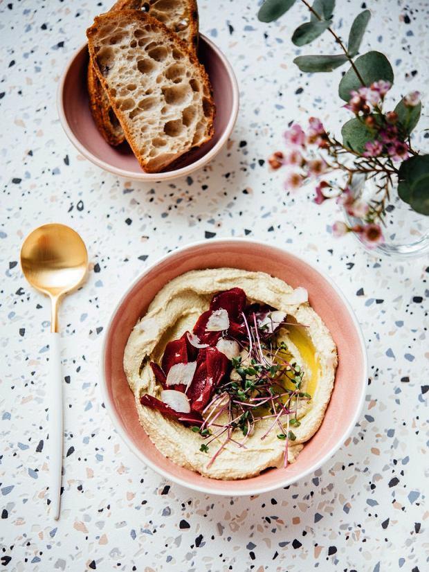 Hummus ze świeżym czosnkiem niedźwiedzim, kiszonymi burakami i chrzanem