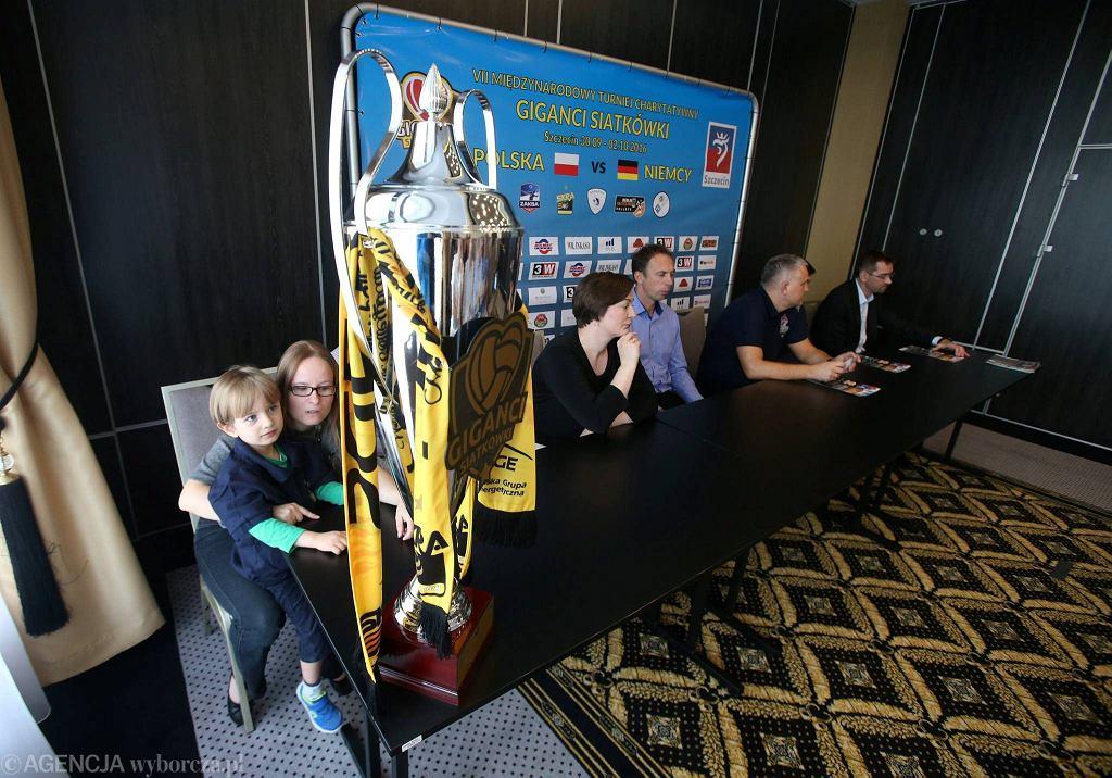Puchar, który podniosą do góry zwycięzcy turnieju Giganci Siatkówki