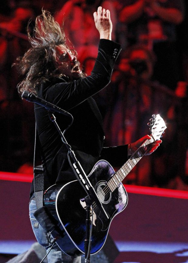 Lead singer Dave Grohl and the Foo Fighters perform during the final session of the Democratic National Convention in Charlotte, North Carolina September 6, 2012.    REUTERS/Jonathan Ernst (UNITED STATES  - Tags: POLITICS ELECTIONS ENTERTAINMENT)