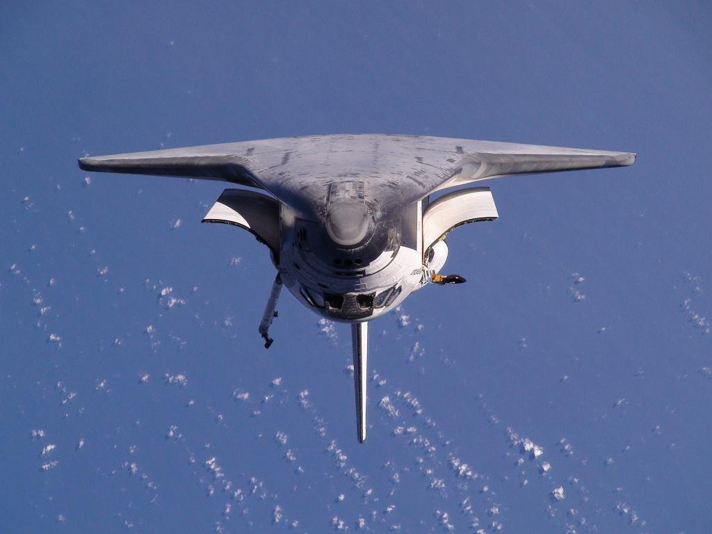 Prom kosmiczny Endeavour podczas misji STS-130 w drodze na ISS
