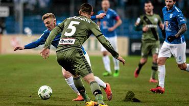 Lech Poznań - Legia Warszawa 0:2. Kamil Jóźwiak (Lech) mija Artura Jędrzejczyka (Legia)
