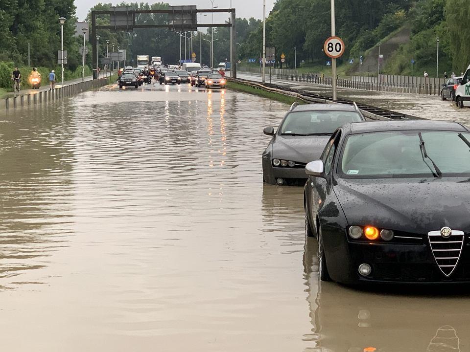 Ulewa w Warszawie. Nieprzejezdna Wisłostrada