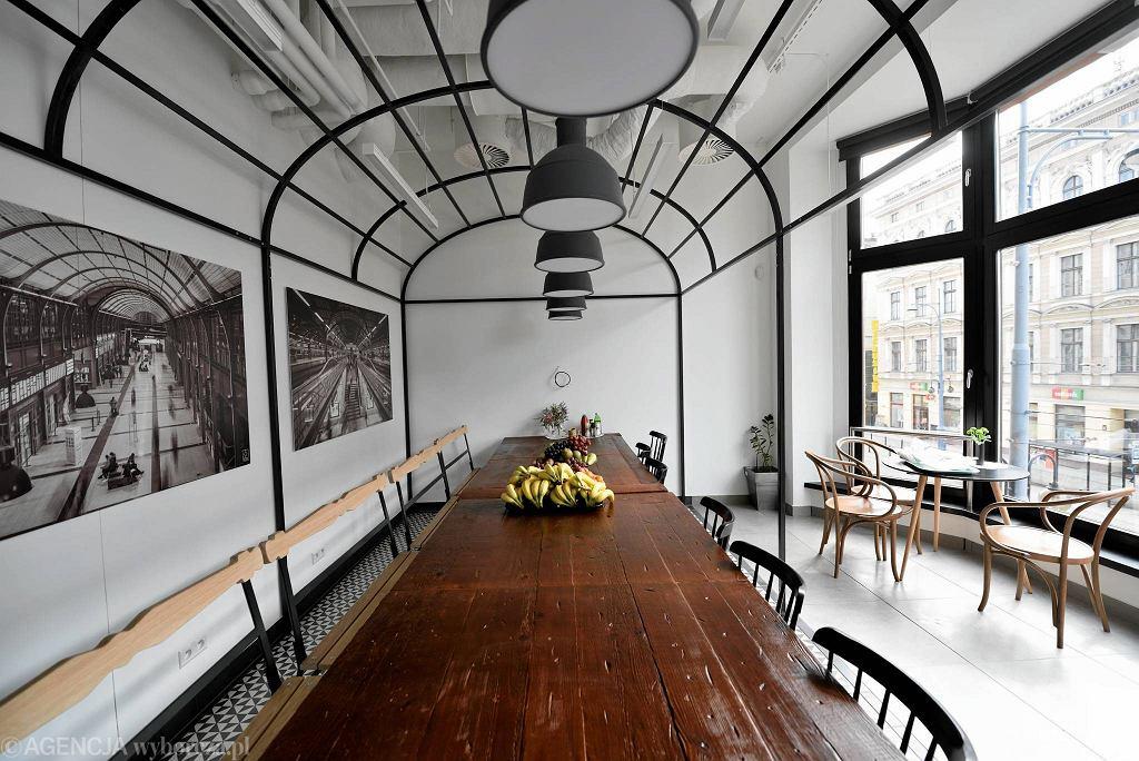 Wrocławskie biuro firmy Opera Software okazało się najlepsze na świecie. Poznańskie studio mode:lina za jego projekt zdobyło międzynarodową nagrodę Finest Interior Award 2016 w kategorii Best Office Interior. Wystrój tej sali nawiązuje do Dworca Głównego we Wrocławiu, którego zdjęcia widać na ścianie