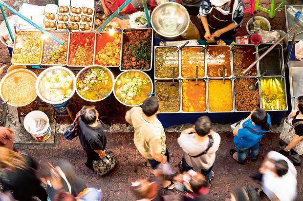 Na ulicach Bangkoku jedzenie oferuje 12 tysięcy sprzedawców - tak podaje rząd tajski