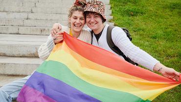 Kampania Przeciw Homofobii z okazji Miesiąca Dumy nagrała film o tym, jak trudno dostępne są tęczowe flagi