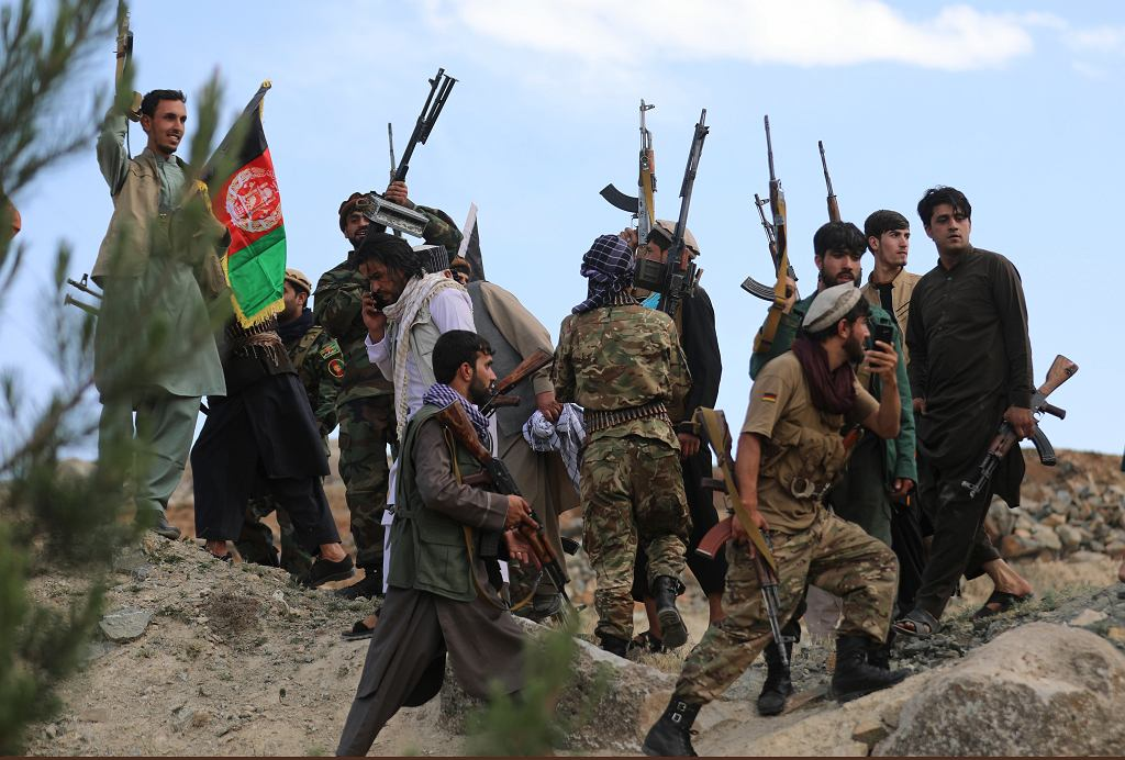 Prorządowi bojówkarze, a właściwie antytalibscy, podczas uroczystego zgromadzenia w Kabulu. Rząd centralny wskrzesza formacje paramilitarne, ponieważ wojsko sobie przestało radzić