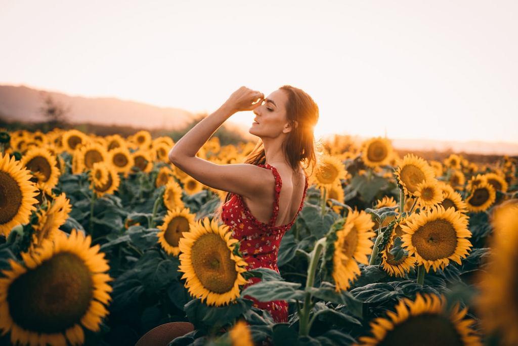 sukienka w kwiaty, zdjęcie ilustracyjne