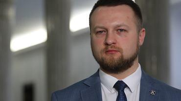 Poseł Kukiz'15 Paweł Szramka chce złagodzenia przepisów dot. przechodzenia przez jezdnię na czerwonym świetle