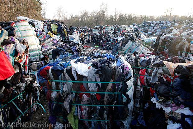 Wysypisko ubrań (fot. Dawid Chalimoniuk  / Agencja Gazeta)