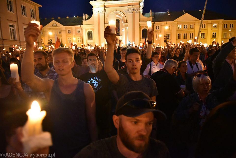 Warszawa. 'Łańcuch światła' - manifestacja pod Sądem Najwyższym w minioną niedzielę