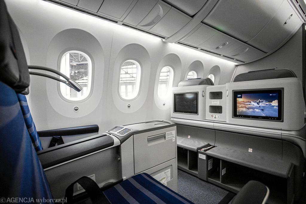 LOT-owski samolot Boeing 787-9 Dreamliner - największa maszyna w historii linii. Prezentacja na Lotnisku Chopina w Warszawie