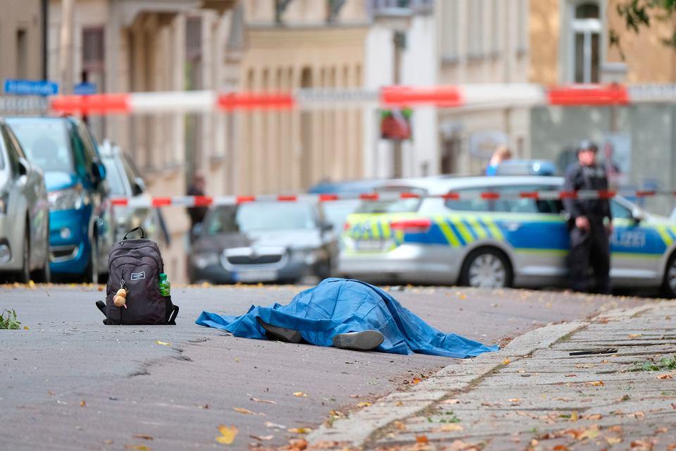 Służby na miejscu ataku na synagogę. Uzbrojony w broń palną napastnik zamordował dwie osoby. Halle, Niemcy, 9 października 2019