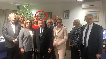 Jacek Kurski wśród polityków PiS w wieczór wyborczy