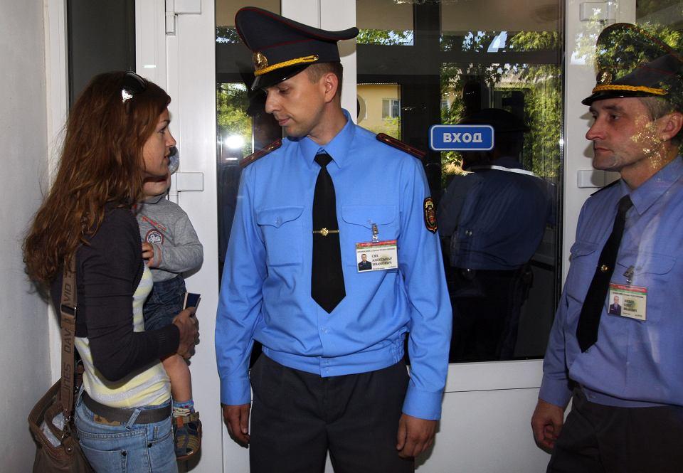 Rok 2011, Oksana Poczobut próbuje dostać się do sądu w Grodnie na proces męża.