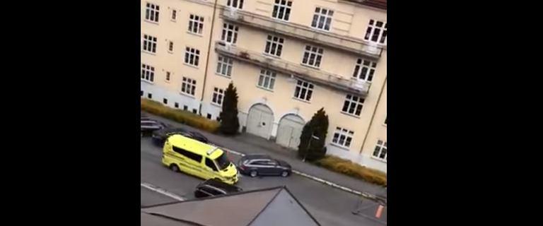 Oslo. Uzbrojony mężczyzna uprowadził karetkę i wjechał w przechodniów. Są ranni
