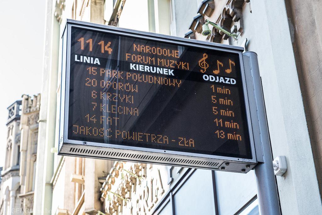 Informacje o zanieczyszczeniu powietrza są wyświetlane m.in. na tablicach informacyjnych komunikacji miejskiej
