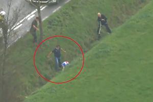 Koszmarny wypadek w wyścigu kolarskim. Mistrz świata runął do głębokiego rowu [WIDEO]
