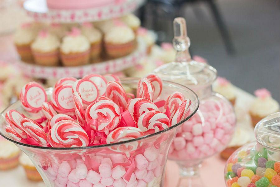 Bufet ze słodkościami sprawdzi się podczas każdej imprezy okolicznościowej